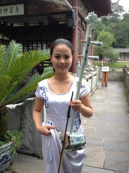 Jingdezheng - Mädchen mit Porzellan-Instrument